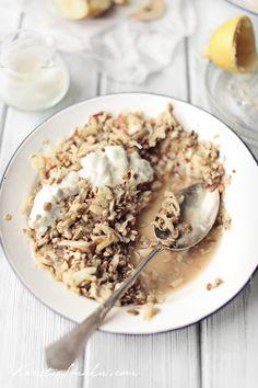 PŁATKI OWSIANE - Musli Dr Birchera - ZALEWANE SOKIEM JAKBŁKOWYM -- 100 g płatków zbożowych (owsianych lub z dodatkiem pszennych lub żytnich) 170 ml soku jabłkowego 1/2 jabłka 1/4 gruszki (opcjonalnie) 1/2 banana sok z 1/2 cytryny 70 g jogurtu naturalnego -- Wieczorem wsypać płatki do miski i wymieszać z sokiem jabłkowym, odstawić w chłodniejsze miejsce (np. na parapet okna). Następnego dnia rano dodać  jabłko i gruszkę, banana. Wymieszać z sokiem z cytryny oraz z jogurtem.