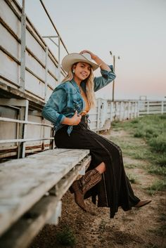 How finding you path sometimes requires you to look back on where you've been. Cowgirl Style Outfits, Cute Country Outfits, Western Outfits, Western Wear, Country Girls, Western Style, Country Girl Photography, Western Photography, Photography Women