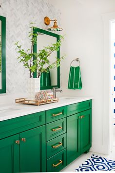 Green and Neutral Bathroom with Mirrors, Patterned Wallpaper and Blue-and-White . Green and Neutral Bathroom with Mirrors, Patterned Wallpaper and Blue-and-White Rug # Neutral Bathroom, Bathroom Colors, Bathroom Green, Colorful Bathroom, Bright Bathrooms, White Bathrooms, Tiny Bathrooms, Master Bathrooms, Kitchen Colors