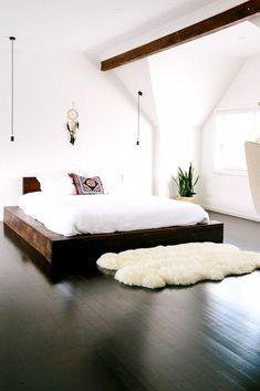 Minimalistisch eingerichtetes Schlafzimmer mit schönem Hell-Dunkel-Kontrast