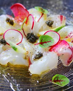白身魚のカルパッチョに、スライスした美しい色合いの野菜がアクセントになっています。ところどころキャビアも置いた、贅沢な一皿。ガラスのお皿も涼やかですね。 Raw Food Recipes, Vegetable Recipes, Wine Recipes, Cooking Recipes, Sashimi Sushi, Modern Food, Western Food, Fusion Food, Eating Raw
