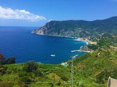 Eine Wanderung durch den 12 km langen Küstenstreifen der Italienischen Riviera ist das i-Tüpfelchen einer jeden Toskana-Reise. Der Weg durch die Cinque Terre, durch die fünf Dörfer, verläuft von Punta Mesco nach Punta di Montenero und erstreckt sich durch einen geschützten Nationalpark. Von Norden nach Süden reihen sich die Dörfer Monterosso al Mare, Vernazza, Corniglia, Manarola und Riomaggiore längs des Küstenstreifens auf. Riomaggiore, Cinque Terre, Beautiful Places, Water, Travel, Outdoor, Paradise, Tourism, National Forest