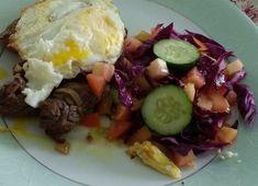 Bife a cavalo com salada de repolho roxo, tomate e pepino japonês Lchf, Low Carb Recipes, Food And Drink, Ethnic Recipes, Blog, Steak Recipes, Red Cabbage Salad, Meals, Dukan Diet