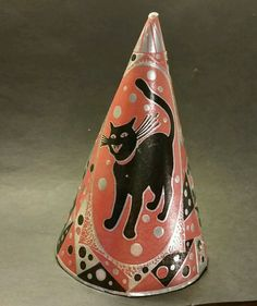 WONDERFUL VINTAGE POINTED CARDBOARD HALLOWEEN PARTY HAT WITH BLACK CAT