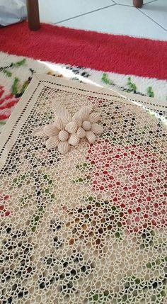Diy Crafts - Pin de Halina Kozyr en serwety, obrusy szydełkowe i druty Crochet Leaf Patterns, Crochet Doily Rug, Crochet Leaves, Zig Zag Crochet, Crochet Tablecloth, Crochet Flower Patterns, Crochet Chart, Crochet Basics, Filet Crochet