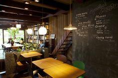 写真:【Café Bibliotic Hello! 】晴れた日でも、中は薄暗いのが町家の特徴=津久井珠美 撮影