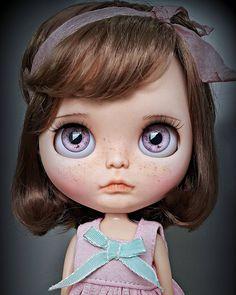 Les presento a mi pequeña nieta Emma con su nueva carita, ella tiene un nuevo maquillaje y un ligero nuevo carving, I love her!! _____________________ #Sonydolls #blythedoll #custombysony #customblythe #blythe #dollphotography #dolls #blytheaday #muñeca #doll #boneca #toys #customdoll #dollmaker #bigeyes #babyface #freckles #freckled #mexico #instababy #shorthair #blondebaby #dollartist #dollartistry #purpleeyes #puppelina #customtoy #iloveblythe #ilovemyjob #Emma