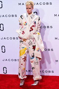 Aqueles grandes shows megalomaníacos da Louis Vuitton ficaram pra era Marc Jacobs, mesmo – hoje em dia Nicolas Ghesquière parece preferir focar na roupa. Tudo bem, porque parece que os desfiles do próprio Marc Jacobs em sua marca homônima, que já tiveram momentos quase tão grandiosos quanto, entram em uma nova fase nessa primavera-verão 2016 apresentada na Semana de Moda de NY.