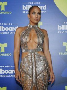 Jennifer Lopez, trasparenze in doppio look nero e oro