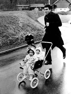 Muhammad Ali trains for fight, with daughters in tow. © 1971. CHICAGO.