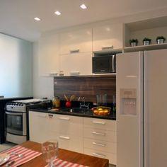 cozinha pequena com painel de madeira