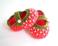 This Pin was discovered by Sha Crochet Baby Sandals, Booties Crochet, Crochet Baby Clothes, Crochet Slippers, Crochet Beanie Pattern, Baby Knitting Patterns, Crochet Patterns, Crochet Strawberry, Crochet Cross
