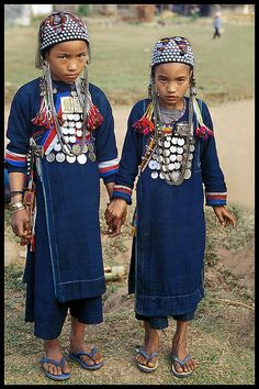 Shy Ikor girls ( A branch of the AKHA indigenous group ) in the remote northern part of Laos. Kids Around The World, People Around The World, Laos, Costume Ethnique, Colani, Tribal People, Clothes Crafts, Ethnic Fashion, Girl Fashion