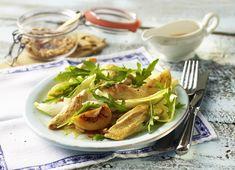 Hähnchenstreifen mit Rucola-Chicorée-Salat und Aprikosen-Dressing #hähnchen #hähnchenstreifen #chicken #salat #salad #rucola #chicoree #aprikosen #sommersalat #genuss #gefluegel #poultry #geflügel #rezept #recipe