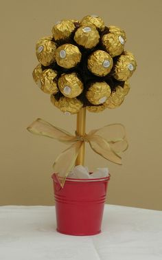 Baby Ferrero Rocher Tree fun christmas gift for the adults! Candy Boquets, Candy Bar Bouquet, Ferrero Rocher Tree, Chocolate Flowers Bouquet, Chocolate Tree, Candy Arrangements, Candy Trees, Edible Bouquets, Craft Ideas