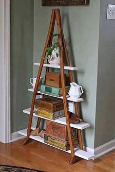 A blogueira Jane construiu uma estante vintage com uma estrutura um pouco incomum: um par de muletas de madeira.
