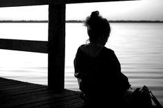 """Wir würden die Schmerzen gern loswerden, klar. Am besten alle, sofort und für immer. Forever happy! sein. Jedes Leid hinter uns lassen und dem Schicksal breit ins Gesicht grinsen.  Aber was würde passieren, wären wir gar nicht mehr traurig?  Sehr schön hat es der umstrittene Osho (1931-1990) auf den Punkt gebracht: """"Traurigkeit bringt Tiefe. Freude bringt Höhe."""