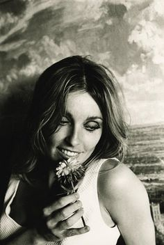 Sharon Tate in her Santa Monica Beach House, Photo by Curt Gunther Sharon Tate Pictures, Marion Martin, Glynis Johns, Roman Polanski, Ethereal Beauty, Timeless Beauty, Classic Beauty, Vintage Hollywood, Life Is Beautiful