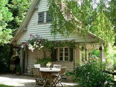 Le Jardin des Songes i Alsace, en hytte til drøm Cottage Living, Cozy Cottage, Shabby Cottage, Cottage Style, Little Cottages, Little Houses, Location Gite, Cottage In The Woods, Backyard Sheds