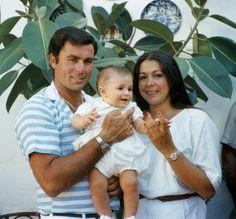 Sus dos grandes amores - Isabel Pantoja en su época más feliz junto a su marido, Paquirri y su hijo, Kiko Rivera, que nació el 9 de febrero de 1984 en la clínica Virgen de Fátima, de Sevilla. Poco después de esta fotografía, cuando el niño tenía solo 7 meses, en septiembre de 1984, Paquirri murió de una cornada en Pozoblanco (Córdoba).