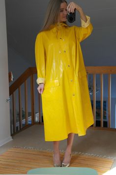 I will need a raincoat to save me from raindrops. Can someone please tell me how to wear a raincoat? Vinyl Raincoat, Pvc Raincoat, Plastic Raincoat, Yellow Raincoat, Imper Pvc, Rainy Day Fashion, Rubber Raincoats, Rain Suit, Pvc Coat