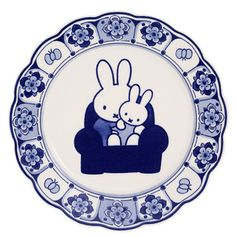 Bordje Delfts blauw: nijntje in de winkel van Nijntje. Visit shop.holland.com for contemporary Dutch Design & Gifts in Delft blue ceramics and Miffy