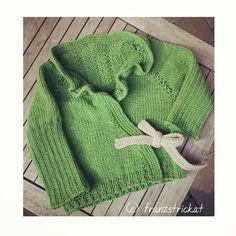 Ich glaube fast, ich muss in meiner Größe auch so eine #stricken... #mädchen #jacke mit #muster #rücken - #passt zu #dirndl und #jeans genauso. #wickeljacke #handmade #crafter #artisan #handwerk #girls #jacket #handgestrickt #cotton #outfit #classic #knitwear #madewithlove #strikk #mirgefällts #neu #herbst #whomademyclothes #tradition #tracht #kinder