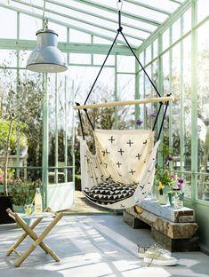 Wil je van de zon of een momentje rust genieten? Maak dan deze fijne hangstoel van een grote lap stof, een stok en wat touw.