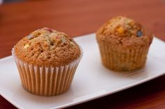 Muffins… The cupcake's healthier cousin, and a fun snack for all ages. Muffins are great because you can make them in so many different flavors, both savory and sweet. Coconut Muffins, Banana Nut Muffins, Free Food Coupons, Chocolate Nutella, Vegan Bread, Vegan Food, Healthy Food, Vegan Parmesan, Summer Snacks