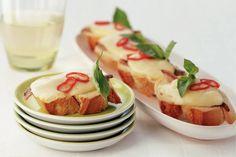 Kijk wat een lekker recept ik heb gevonden op Allerhande! Crostini met ansjovisfilet en port salut