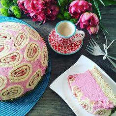 Eine raffinierte Frühlingstorte a`la Charlotte Royal mit Erdbeer Mascarpone Füllung. Ein Augenweide auf jeder Kaffeetafel....