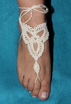 Learn how to make a pair of ADORABLE beaded crochet barefoot sandals. Learn how to bead twice in a double treble crochet stitch, how to make picots, and work. Crochet Motif, Easy Crochet, Crochet Stitches, Knit Crochet, Crochet Patterns, Barefoot Sandals Crochet, Barefoot Sandals Tutorial, Crochet Boots, Crochet Slippers