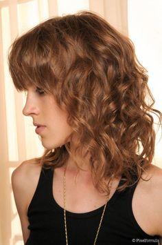 Especialista ensina a aplicar o creme de pentear em cabelos limpos e umedecidos