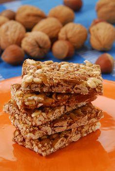 Nuss-Karamell-Schnitten lassen sich super auch als kleine Müslikugeln oder Riegel zubereiten: http://eatsmarter.de/rezepte/nuss-karamell-schnitten