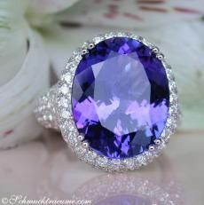 A 12.51 cts. AAA Tanzanite / flawless faceted oval in excellent purity / brilliance / chroma, 110 fine diamonds (2.08 cts TW-VS.) And Weißgo...