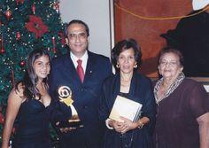 """Lolo Morales en el 2006 acumulando galardones, ese año obtuvo el premio internacional """"La Arroba de Oro"""" en la categoría mejor sitio web personal. De izquierda Ana Lucía Morales, Lolo Morales Marisol Callejas y Mary Cocó M. de Callejas"""