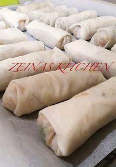 Här kommer ett recept på otroligt goda vårrullar. SÅ GODA! Fyll dem med köttfärs eller qournfärs, de blir lika goda. Gör en stor sats och frys in de som inte äts upp. Praktiskt att ha frysen laddad med dem. 300 Calorie Lunches, Food In French, Meat Recipes, Vegetarian Recipes, Minced Meat Recipe, Austrian Recipes, Zeina, Filipino Dishes, Recipe For Mom
