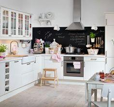 großzügige L-Küche im Landhausstil mit toller Kreide- & Magnettafel