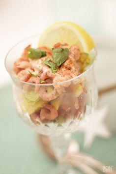 Een traditioneel voorgerecht wat het altijd goed doet, is een garnalencocktail. Ik heb een luxe garnalencocktail met verse avocado gemaakt.