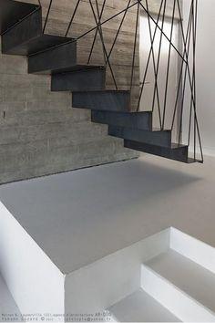 Zoekende naar inspiratie voor nu of later voor een nieuwe trap? Hier zijn alvast 5 exemplaren met een zeer bijzondere uitstraling: Stair Handrail, Staircase Railings, Staircase Design, Stairways, Open Staircase, Staircase Remodel, Staircase Ideas, Metal Stairs, Modern Stairs