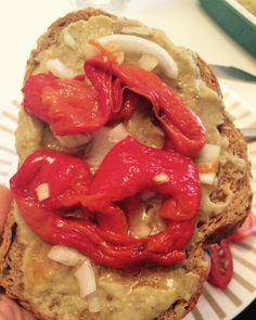 Tostadas de berenjena y pimientos  Ingredientes:  4 Berenjenas 1 Cebolla Media cabeza de ajo Aceite de oliva 4 Pimientos morrones rojos