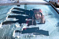 Gefährliches Guckloch. Standheizungen sorgen für mehr Sicherheit im Straßenverkehr. Gefährliches Guckloch: Wer die Fahrzeugscheibe nicht komplett vom Eis befreit, gefährdet sich selbst und andere. Eine bequeme Alternative zum Kratzen ist eine nachrüstbare Standheizung fürs Auto. Foto: djd/Webasto