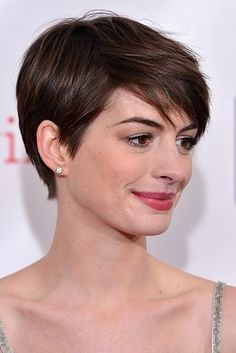 The Anne Hathaway Sweep - 25 Hottest Pixie Cuts Right Now Medium Bob Hairstyles, Short Pixie Haircuts, Teen Hairstyles, Straight Hairstyles, Pixie Bob, Casual Hairstyles, Latest Hairstyles, Weave Hairstyles, Trendy Haircuts