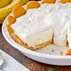 Recipe: Banana Pudding Ice Cream Pie — What if you could turn banana pudding into ice cream? Even better, what if you could turn banana pudding into ice cream pie? Köstliche Desserts, Frozen Desserts, Frozen Treats, Delicious Desserts, Dessert Recipes, Custard Desserts, Banana Pudding Ice Cream, Banana Cream, Banana Pie