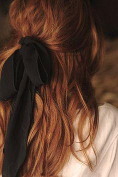 cheveux rouges pour votre coiffure moderne, un ruban noir, tendance teinture cheveux