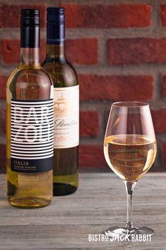 Vin Blanc au verre disponible au Bistro Jack Rabbit du Centre de ski Le Relais. Bistro, Jack Rabbit, White Wine, Alcoholic Drinks, Glass, Budget, Drinkware, Corning Glass, White Wines