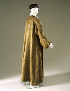 Banyan, England, Brown wool damask, lined with light brown twill; no collar, no front closure; flowers show Chinese influence. Historic New England Antique Clothing, Historical Clothing, Men's Clothing, Vintage Outfits, Vintage Fashion, Civil War Dress, 18th Century Fashion, Kimono, Stylish Mens Outfits