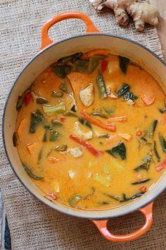 Bunte Gemüsesuppe: Sonnenblumen- oder Kokosöl 1 rote Peperoni, in Streifen geschnitten 3 Rüebli, geschält und in Scheiben geschnitten 2 Handvoll grüne Bohnen, gerüstet 2 Pak Choi, in Stücke geschnitten 1 Knoblauchzehe, geraspelt 1 Stück Ingwer, geschält und geraspelt 2 Esslöffel rote Currypaste 1 Liter Gemüsebouillon 1 Dose Kokosnussmilch Saft und abgeriebene Schale von 1 Limone 1 Handvoll Basilikumblätter