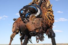 """Voici 24 photographies des œuvres """"steampunk"""" de John Lopez, un sculpteur inimitable qui puise sa matière première dans les carcasses métalliques des vieilles fermes américaines.  Après une carrière réussie dans la sculpture du bronze, l'artiste va se reconvertir en """"éco-créateur"""" d'un genre unique. Son filon, les nombreuses anciennes exploitations agricoles qui jonchent les plaines arides du Dakota du Sud. Il y récupère de vieux outils, d'anciennes machines agricoles et simplement des…"""