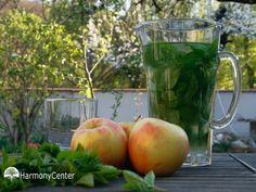 ZEVENBLADLIMONADE 10 jonge zevenblad blaadjes 1/2 biologische citroen 1/2 liter biologische appelsap 1/2 liter water Zevenblad in een kan leggen en met een houten lepel het zevenblad kneuzen. De appelsap en het water over het zevenblad in de kan schenken. De citroen schoonspoelen, in stukjes snijden en ook aan de kan toevoegen. Zet de kan nu minimaal 3 uur in de koelkast. Het mag ook een nacht in de koelkast staan. Dan de sap zeven en de sap kan gedronken worden. Happy Foods, Watermelon, Smoothies, Herbs, Apple, Greedy People, Lemonade, Smoothie, Herb